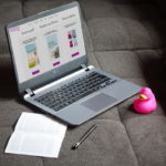 Beruf vs. Privatleben - Mit Laptop auf der Couch